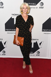 Erin Richards accessorized with a camel-colored leather clutch.