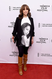 Rosie Perez finished off her outfit with camel-colored knee-high boots.
