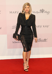 Fergie sealed off her all-black attire with a leather glove clutch by Perrin Paris.