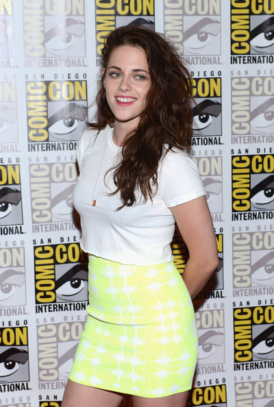 Kristen Stewart wore her brown tresses in thick messy curls for Comic-Con.