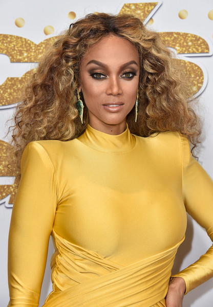 Tyra Banks Long Curls [americas got talent,live show,season,hair,yellow,blond,hairstyle,beauty,long hair,lip,ringlet,surfer hair,chest,red carpet,tyra banks,california,hollywood,dolby theatre]