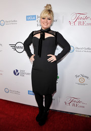 Kelly Clarkson donned an Elie Saab LBD with lace shoulders and a yoke cutout for the Taste for a Cure event.