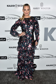 Molly Sims completed her outfit with a black box clutch by Rubeus Milano.