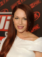 Amanda Righetti wore her long, fiery tresses straight and side-swept at the live Heavyweight Championship.