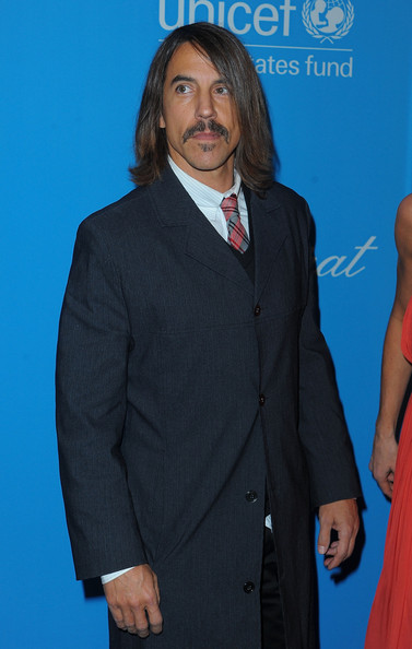 Anthony paired his polished red carpet look with a straight, shoulder-length hairstyle.