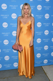 Sienna Miller paired her dress with a dusty-pink leather clutch.