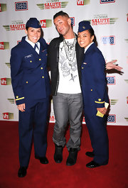 Mike wore a skull graphic tee while posing with troops at the VH1 Salute the Troops event.