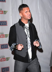 Mike wears a gray dress blazer over a black paisley button-up for the VH1 Salute the Troops.