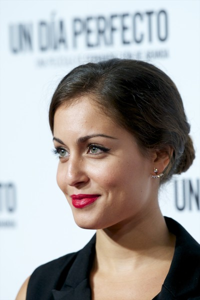 Hiba Abouk attended the Madrid premiere of 'Un Dia Perfecto' wearing an elegant loose bun.