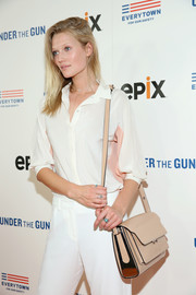 Toni Garrn attended the New York premiere of 'Under the Gun' carrying a nude leather shoulder bag.