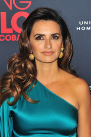 Penelope Cruz's dangling half-spheres looked gorgeous against her teal outfit.