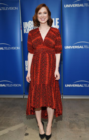 Ellie Kemper chose a red snakeskin-print dress with a high-low hem for the 'Unbreakable Kimmy Schmidt' FYC event.