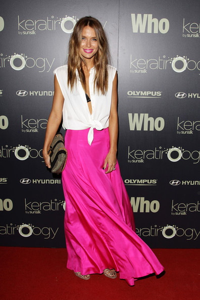 Jodi Gordon accented her color-blocked red carpet look with an oversize black and gold clutch.