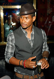 It seems with fashion, Usher cannot go wrong.  This fedora looks modern and current with this ensemble.