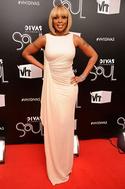 Mary J. Blige wore a white glittering gown for the VH1 Diva show.