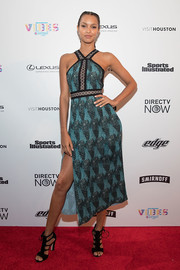 Lais Ribeiro completed her red carpet attire with a pair of black gladiator heels.