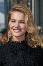 Natalia Vodianova brushed her wavy hair to the side for this effortlessly beautiful look.