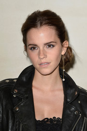 Emma Watson topped off her look with a single, ultra-long pearl drop earring.