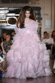 Kaia Gerber was all about OTT glamour in this voluminous feathered off-the-shoulder gown at the Valentino Couture runway show.