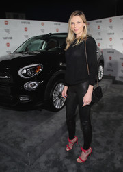 Sara Foster topped off her ensemble with a black suede shoulder bag.