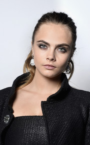 Cara Delevingne sported a casual ponytail at the Vanity Fair and Chanel dinner.