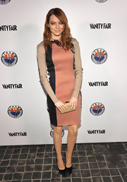 Emma Stone was lovely in a fitted dress at the 'Vanity Fair' soiree. She paired the look with classic black pumps.