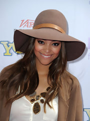 Amber Stevens perfectly paired her tan blazer and floppy hat with a bronze and brown chunky stone necklace. It was just the perfect accessory she needed to pull her look together.