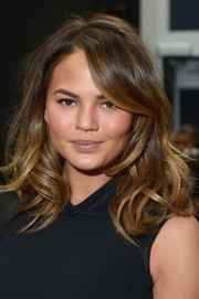 Chrissy Teigen looked gorgeous at the Vera Wang fashion show wearing high-volume waves and natural makeup.