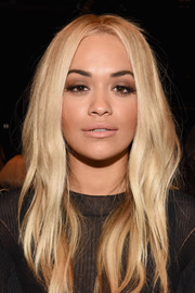 Rita Ora wore her hair loose with barely-there waves at the Vera Wang fashion show.