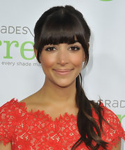 Hannah Simone pulled back her long chocolate waves into a high, bouncy ponytail.