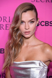 Josephine Skriver looked oh-so-glam with her side-swept waves at the 2017 Victoria's Secret fashion show viewing party.