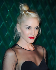 Gwen Stefani rocked the red carpet at the 'My Valentine' video premiere wearing her platinum tresses in a loose knot.