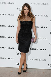Elizabeth Hurley complemented her dress with a pair of embellished black pumps.