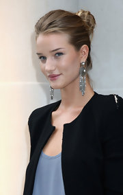 Rosie Huntington-Whiteley highlighted her look with a massive pair of sterling and pearl chandelier earrings.