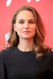 Natalie Portman wore her hair in a side-parted style with curly ends at the Venice Film Festival photocall for 'Vox Lux.'