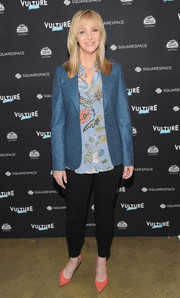 Lisa Kudrow sealed off her casual look with a pair of black skinny jeans.