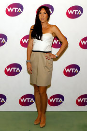 Jelena wears a casual strapless dress in neutral tones.