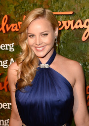 Abbie Cornish looked oh-so-glamorous with this curly side sweep when she attended the Wallis Annenberg Center Inaugural Gala.