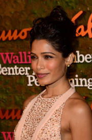 Freida Pinto finished off her look with a mussed-up top knot when she attended the Wallis Annenberg Center Inaugural Gala.