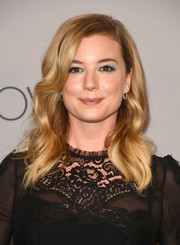 Emily VanCamp framed her pretty face with a side-parted wavy 'do for the Warner Bros. and InStyle Golden Globes after-party.