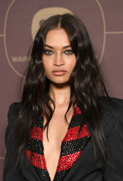 Shanina Shaik sported a punky wavy hairstyle at the Warner Music Group pre-Grammy celebration.