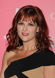 Sara Rue offset her one-shoulder frock with tiered gold hoop earrings which worked well with her shoulder length curls.