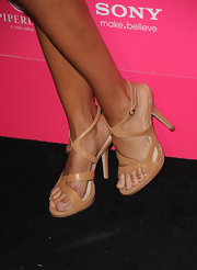 Lisa Rinna paired her body-con dress with a pair of nude strappy sandals. A great balance of color.