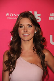 Audrina showed off her long curls at the Hot Hollywood event. Her added highlights complemented her glowing skin.
