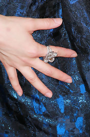 Alison Brie added a nice touch of sparkle via her diamond flower ring.