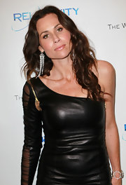 Minnie Driver gave her edgy leather dress an elegant touch with dangling chain earrings.