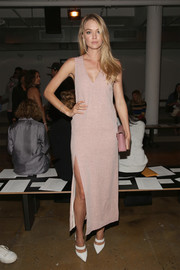Lindsay Ellingson opted for a simple yet sexy V-neck, high-slit pink dress when she attended the Wes Gordon fashion show.