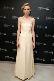 Carey Mulligan was sleek and elegant in a structured strapless gown by Dior Couture at the Cannes Film Festival photocall for 'Wildlife.'