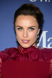Jessica McNamee pinned back her hair into a soft and shiny updo at the Lucy + Crystal Awards.