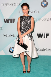 Mena Suvari complemented her frock with a structured black satin clutch.